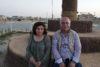 Pascale et William Warda au pied d'une grande croix à Qaraqosh. L'EI a été éliminé en 2016, mais jusqu'à ce jour, moins de la moitié des quelque 50 000 chrétiens sont rentrés. (csi)