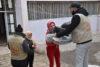 L'équipe de l'EPDC (Saint Ephrem Partriarchal Development Committee) de Hassaké, partenaire de CSI, distribue dans le nord-est de la Syrie des vêtements chauds et des couvertures à des personnes déplacées à la suite de l'opération « Source de paix » menée par la Turquie (février 2020). (csi)