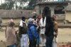 La responsable CSI pour le Népal et Stephen Adhikari discutent avec le responsable d'un village dans le district de Saptari. (csi)