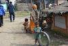 Cette fille a trouvé un vieux pneu de bicyclette pour jouer. (csi)