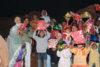 Lors d'une distribution au Pakistan, des enfants exhibent fièrement les cadeaux qu'ils ont reçus à Noël. (csi)