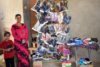 Fazia, mère de deux enfants, contribue à un revenu familial plus élevé grâce à la vente de pantoufles. (csi)